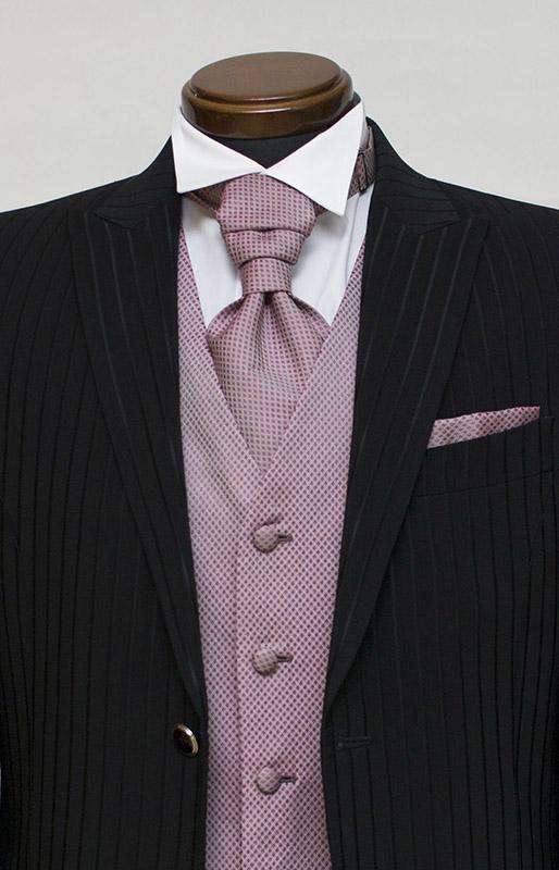 黒タキシードに濃いピンクのフォーマルベスト