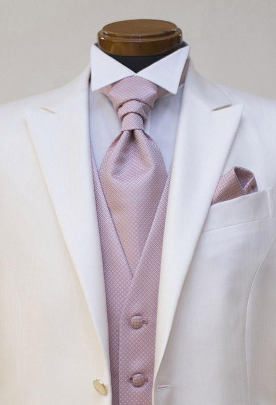 白タキシードに新作ピンクのフォーマルベスト
